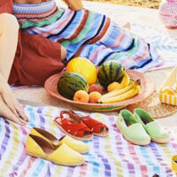 Härliga färger med Verbenas espandrillos på picnicfilt.